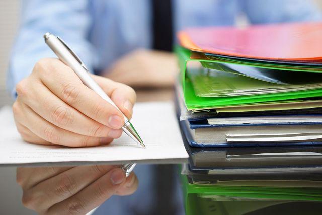 Schreibtisch mit Akten