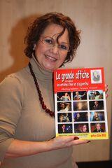 anne marie david avec le livre la grande affiche avec les artistes d'hier et d'aujourd'hui du photographe franck trouvé