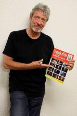 gilles dreu avec le livre la grande affiche avec les artistes d'hier et d'aujourd'hui du photographe franck trouvé