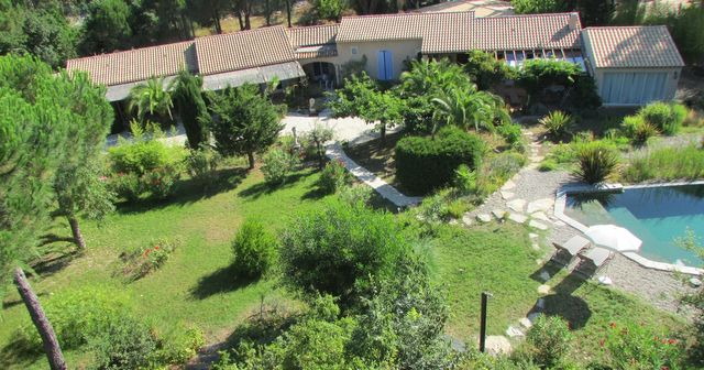 Villa les Hespérides, locations de vacances Grimaud, piscine