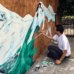 L'artiste Jaym réalise une fresque sur le thème de la châine des Puys pour la terasse d'une maison sur la commune de Cros