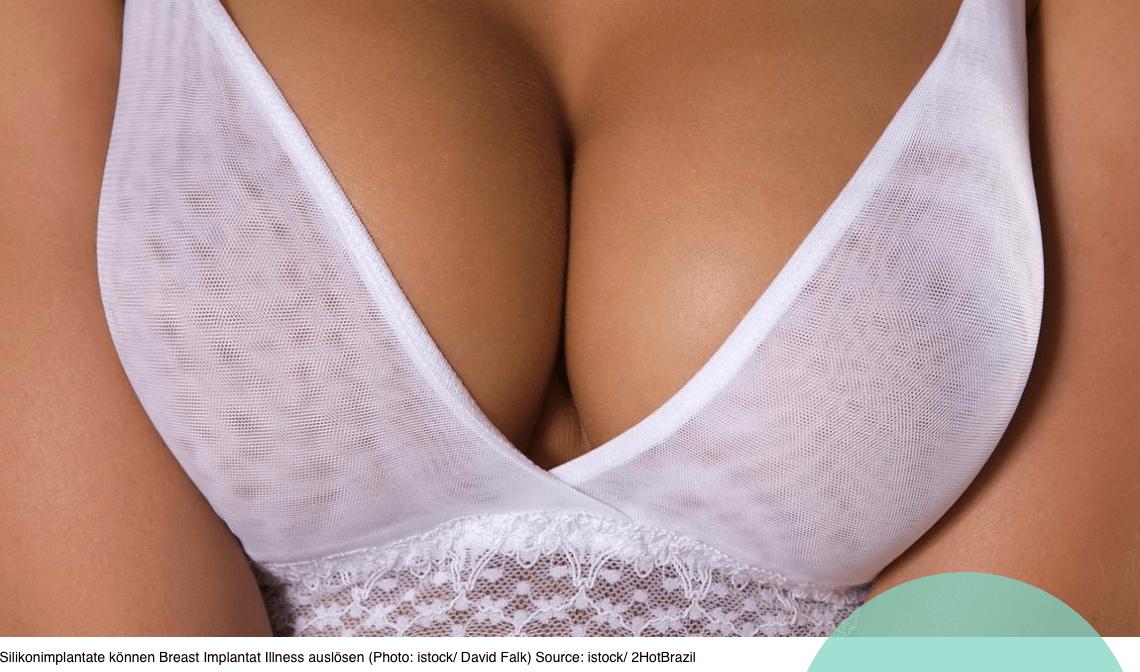 brüste drängen sich an den seiten