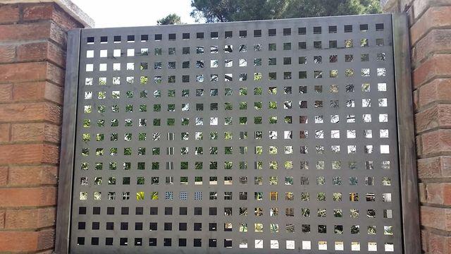 Venta e instalaci n de vallas y verjas decorativas - Chapa metalica perforada ...