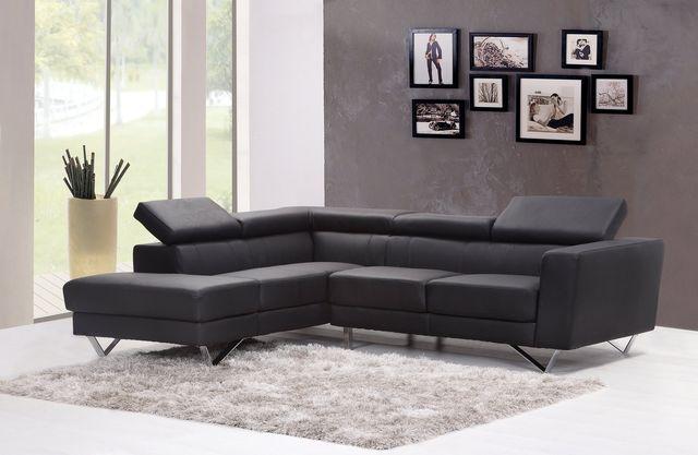 Sofá negro en un salón