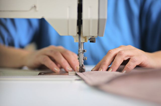 Chica cosiendo con máquina de coser